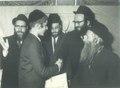 הרב חיים שאול קרליץ מעניק את הפרס ל חתן המשנה לידו עומד הרב שלמה שטנצל.pdf