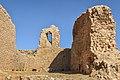 دیوارهای فروریختهی کاخ اردشیر در مجاورت چشمه.jpg