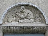 1100 Laxenburger Straße 203-217 Stg. 22 - Natursteinrelief Glasbläser von Ernst Wenzelis IMG 7448.jpg