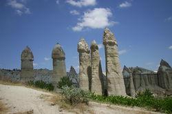 """Kapadokya'daki taş formasyonlarının Türkçe'de niçin """"Peri bacaları"""" diye adlandırılmış olduklarını gösteren bir manzara."""