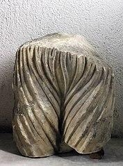 Fragment de statue - bassin féminin finement drapé (Musée de Die)