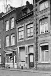 foto van Huis met smalle lijstgevel, voorzien van segmentboogomramingen van hardsteen.