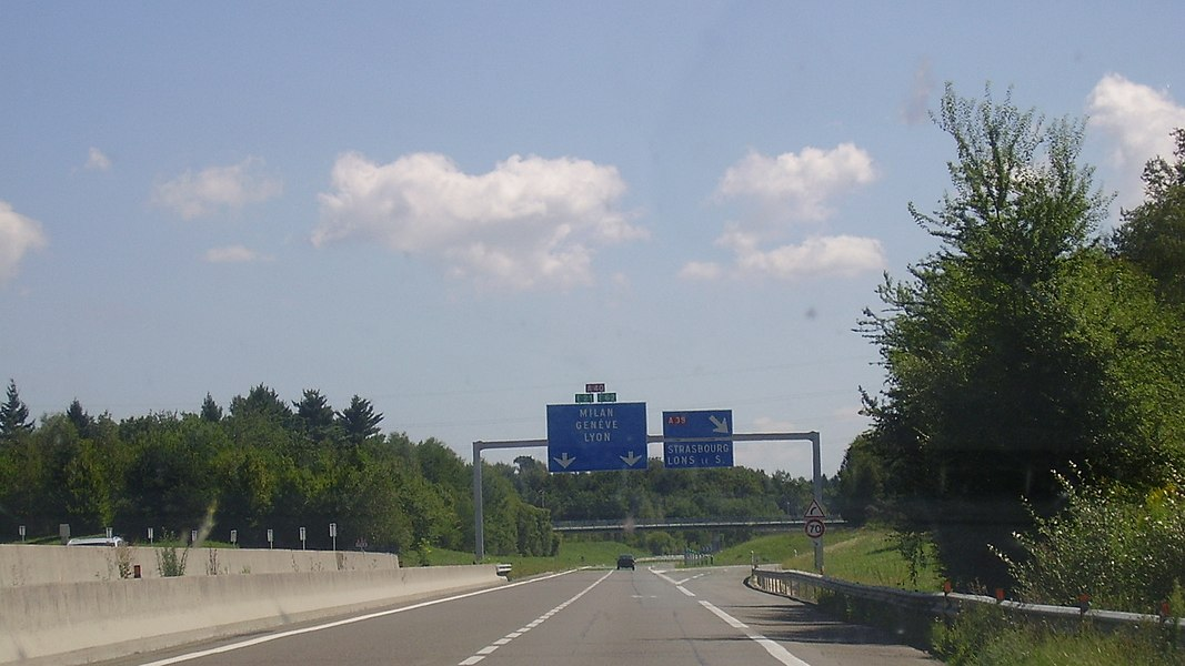 Interchange between A40 (Milan, Genève, Lyon) and A39 (Strasbourg, Lons-le-Saunier). Image cropped and taken from the right rear seat of the car.