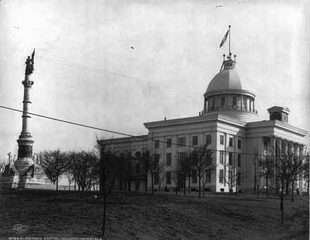 The capitol building and confederate monument in 1906, prior to erection of north and south side-wings. Alabama Capitol Building in 1906.jpg