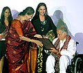 Ambika Soni presented lifetime achievement award to veteran Actor Shashi Kapoor, at the inaugural function of 11th Mumbai film festival (MAMI 2009), in Mumbai on October 29, 2009.jpg