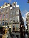 foto van Hoekhuis met halsgevel bekroond door siervaas