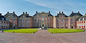 Het Loo Palace - The cour d'honneur and the palace front
