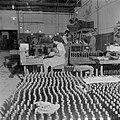 Arbeiders bezig met het etiketteren van wijnflessen in de Rothschild wijnkelders, Bestanddeelnr 255-1608.jpg