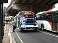 """Autobus """"diablo rojo"""" en calle de Panamá.jpg"""