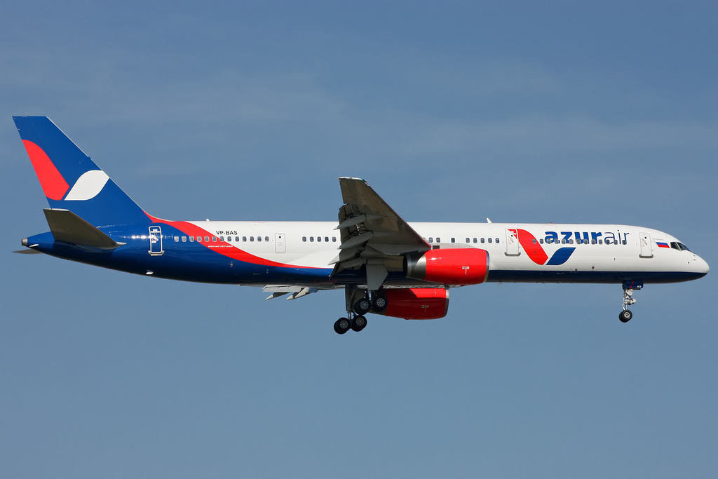 file azur air boeing 757 200 on finals into