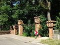 BONIKOWO Park pałacowy, brama wjazdowa.jpg