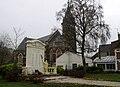 Bapaume monument-aux-morts et église 1.jpg