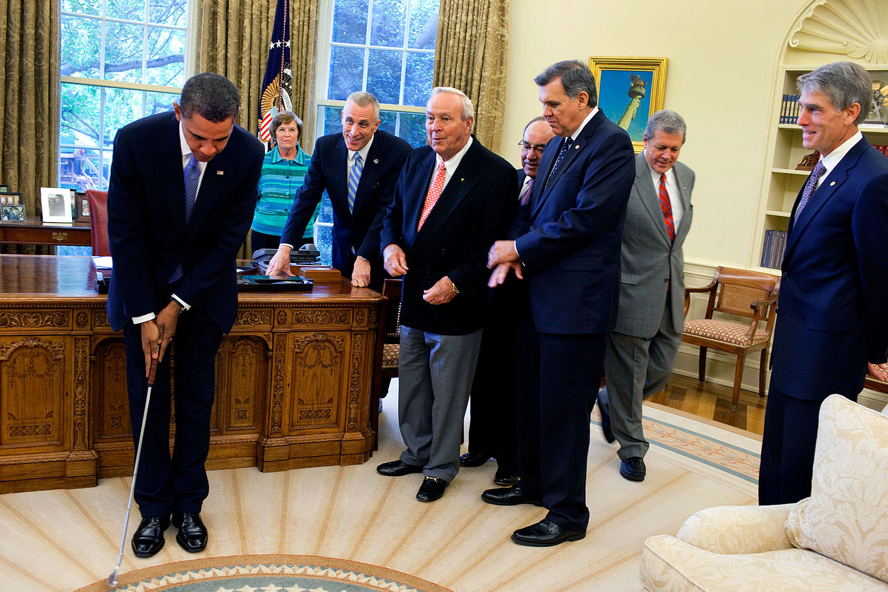 filebarack obama takes a practice putt in the oval officejpg barak obama oval office golds