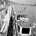 Bemanningsleden helpen Annie, de verloofde van eerste stuurman Hans, aan boord …, Bestanddeelnr 254-1428.jpg