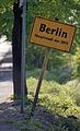 Berlin Ortsschild Hauptstadt 1988.jpg
