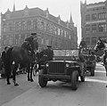 Bevrijdingfeest in Den Haag Canadese militairen en Nederlandse politie Een age, Bestanddeelnr 900-2880.jpg