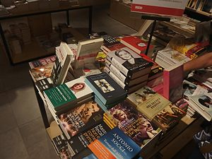 Hard Choices - The Italian language edition, Scelte difficili, on sale at a bookstore in Florence