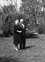 Bundesarchiv B 145 Bild-F015447-0008, Bonn, Bundeskanzler Erhard mit Ehefrau im Garten.jpg