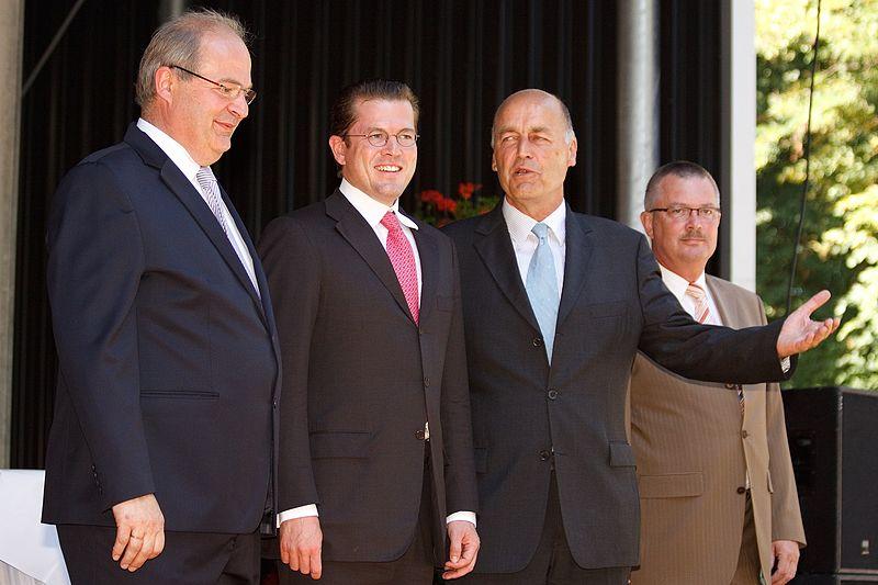 File:Bundesverteidigungsminister Karl-Theodor zu Guttenberg (CSU) in Hamm (10568349125).jpg
