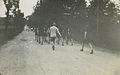 Burgerwandelaars op het parcours van 55 km onderweg tijdens een Vierdaagse. – F42503 – KNBLO.jpg