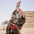 COLLECTIE TROPENMUSEUM Een Nunuma of Winiama maskerdanser met een kind op schoot TMnr 20031581.jpg