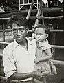 COLLECTIE TROPENMUSEUM Portret van mantri Ali met een kind op de arm Semandai TMnr 60051056.jpg