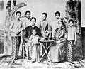 COLLECTIE TROPENMUSEUM Studioportret van Raden Ajeng Kartini met haar ouders zussen en broer TMnr 10018778.jpg