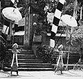 COLLECTIE TROPENMUSEUM Twee dienaressen van Rangda in een Barong- en Krisdans in het voorhof van de dorpstempel TMnr 20000311.jpg