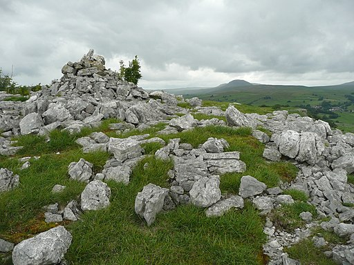 Cairn, Stack House Scar, Giggleswick - geograph.org.uk - 2006493