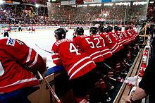 Photographie de joueurs de hockey de dos en rouge