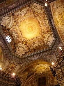 Le decorazioni e gli affreschi del soffitto della chiesa dei Battuti Bianchi