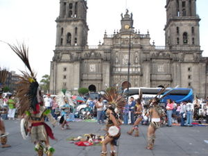 La catedral en la Ciudad de Mexico, con unos danzantes representando una antigua danza Azteca (Catedral in Mexico City, in the front performes represents an anciet Aztec dance)
