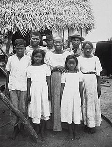 Chamorro people in 1915.jpg