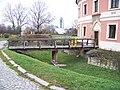 Chodovská tvrz, přístupový most, v pozadí Sborový dům Milíče z Kroměříže.jpg
