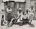 Collectie NMvWereldculturen, TM-60046323, foto 'Vrouwen tonen hun zelfgevlochten manden', fotograaf niet bekend, 1900-1940.jpg