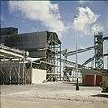 Collectie Nationaal Museum van Wereldculturen TM-20029606 Chemische industrie Aruba Boy Lawson (Fotograaf).jpg