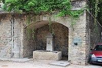 Crémieu - Fontaine rue Notre-Dame-du-Reclus (PA00117157).JPG
