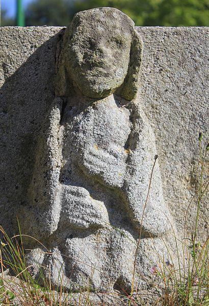 Croix de cimetière de Saint-Allouestre, Morbihan, France. Détail vierge