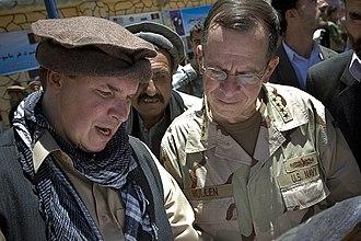 Greg Mortenson - Mortenson and Mike Mullen in Afghanistan in 2009