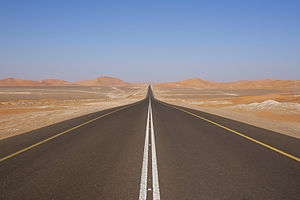 English: Road in the UAE. Français : Une route...