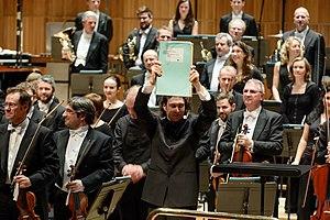 George Enescu Festival - Dirijorul Vladimir Jurowski ridicind partitura enesciana pe scena Royal Festival Hall din Londra