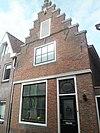 Huis met forse trapgevel en pui