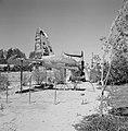Een gedeelte van een vliegtuigwrak op een kinderspeelplaats als klimtoestel in d, Bestanddeelnr 255-3962.jpg