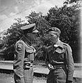 Een kort oponthoud te Bennebroek Twee begeleiders van prins Bernhard in gesprek, Bestanddeelnr 900-4729.jpg
