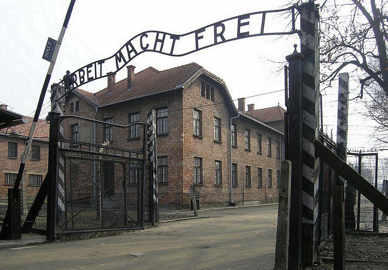 Datei:Eingangstor des KZ Auschwitz, Arbeit macht frei (2007).jpg