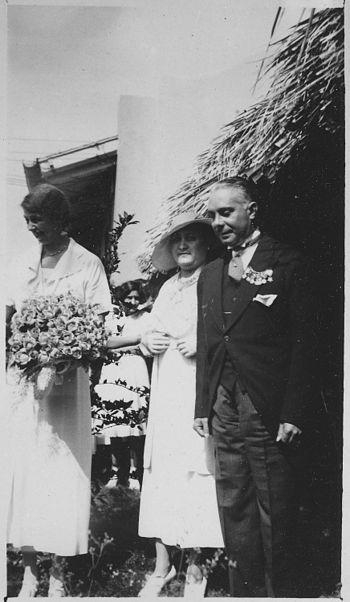 Eleanor Roosevelt%2C President Rafael Trujillo%2C and Mrs Trujillo in Dominican Republic - NARA - 195944
