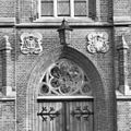 Exterieur abdijgedeelte, ingangspartij, detail met venstertracering boven ingang - Berkel-Enschot - 20001142 - RCE.jpg