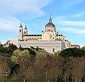 Fachada oeste de la Catedral de la Almudena, Madrid, España 04.jpg
