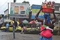Femme vendant des arachides en bouteille avec son bébé sur le dos.jpg