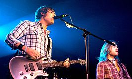 Charlie Simpson (links) en bassist Dan Haigh (2010).